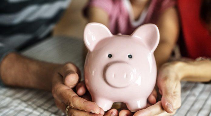Một gia đình Mỹ bình thường tiết kiệm được chưa đầy 9.000 USD