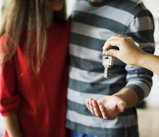 Tiền ít, nên mua căn hộ hay nhà đất giấy tờ vay tại TP.HCM?